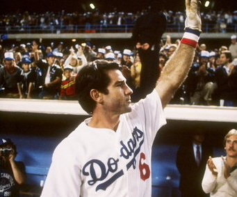 Steve Garvey acknowledges the home crowd after his sacrifice fly in the ninth inning lifted the Dodgers to a 1-0 win over the Cardinals.
